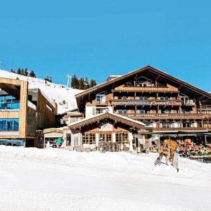 Hotel Das Alpenwelt Resort Op een hoogte van 1600 meter ligt het levendige en romantische plaatsje Königsleiten. Door de hoge ligging zijn de pistes rondom het dorp heel erg sneeuwzeker. Net als Gerlosis ook Köningsleiten erg populair bij Nederlands voor een wintersportvakantie. Königsleiten is van alle gemakken voorzien en wat betreft de après-ski hoef je je ook niet te vervelen. In de avond kun je naar hartenlust genieten van een heerlijk hapje en drankje. Overdag kun je vanuit Königsleiten via Gerlos helemaal naar Zell am Ziller skiën