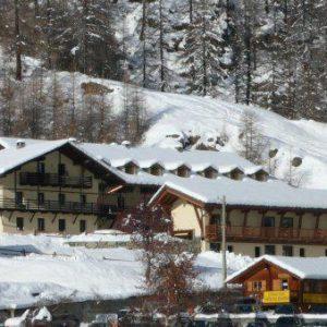 Chalet du Lys Hotel & Spa Gressoney La Trinité is met 1635 meter het hoogst gelegen dorpje in het Gressoney dal. Het dorpje heeft een authentieke Italiaanse sfeer en is een ideale bestemming is voor mensen die op zoek zijn naar rust. Vanaf hier kun je met de lift naar het Monterosa skigebied